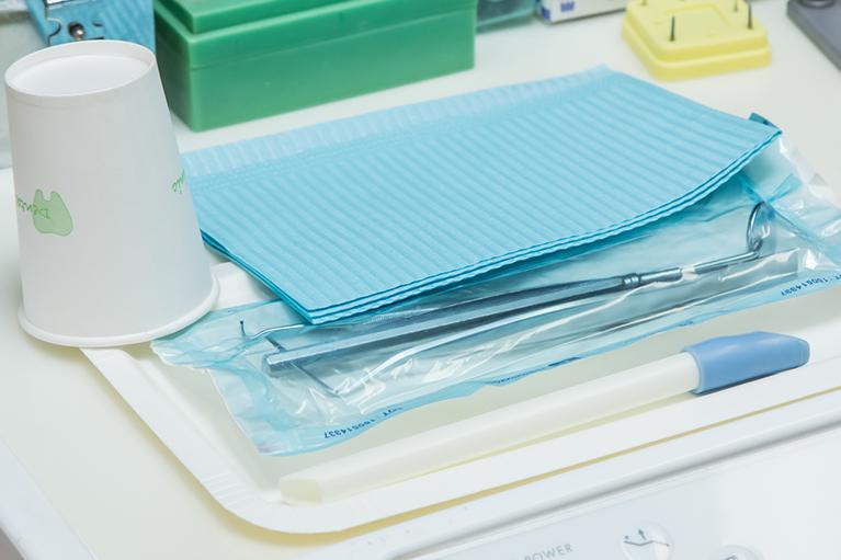 診療で用います器具は滅菌パックに個別に包装し滅菌を行っております。