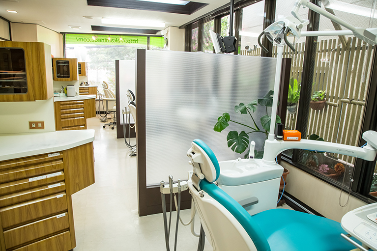 診療の椅子は3台設置しております。それぞれにパーテーション(仕切り)を設けプライバシーが保てるよう配慮しております。